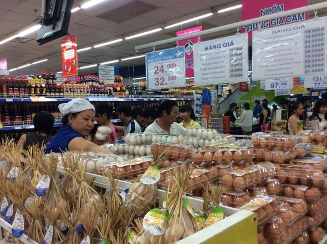 Gian hàng trứng gia cầm bình ổn giá tại siêu thị Co.op mart Đinh Tiên Hoàng (quận 1).