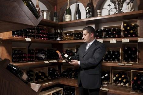 5 nghe co luong cao bat ngo o My hinh anh 5 Một chàng trai ăn mặc lịch sự và cho bạn biết loại rượu nào phù hợp với món ăn bạn đang dùng .