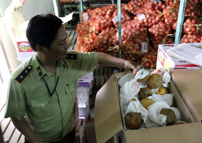 Hàng chục tấn trái cây thối bị quản lý thị trường thu giữ.