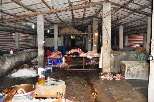 Diem mat nhung thuc pham duoc che bien tu thit lon ban hinh anh 1 Một cơ sở chế biến thịt lợn bất hợp pháp tại Quảng Châu bị công an khám xét vào khoảng tháng 5/2014. Ảnh: Guangzhou Daily.