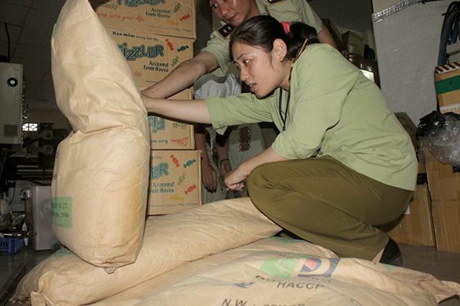Lực lượng chức năng kiểm tra xưởng sản xuất bánh kẹo từ phế phẩm tại Công ty TNHH Ngọc Long (xã Lê Minh Xuân, Bình Chánh) chiều 28-1