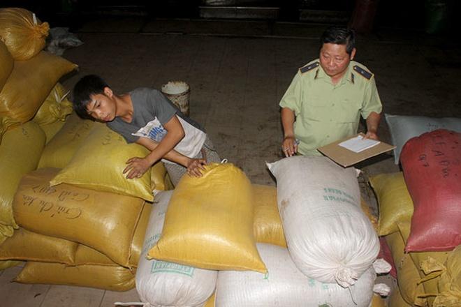 Cán bộ quản lý thị trường Bình Chánh kiểm đếm kho hàng bắp rang, đậu nành và cà phê