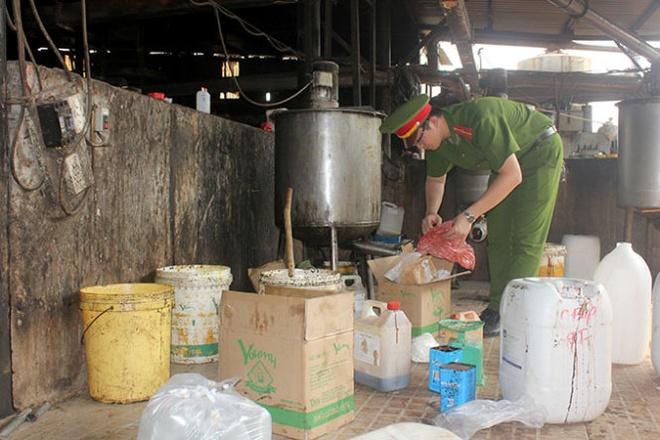 Lực lượng chức năng kiểm tra xưởng sản xuất bánh kẹo từ phế phẩm tại Công ty TNHH Ngọc Long (xã Lê Minh Xuân, Bình Chánh) chiều 29-1