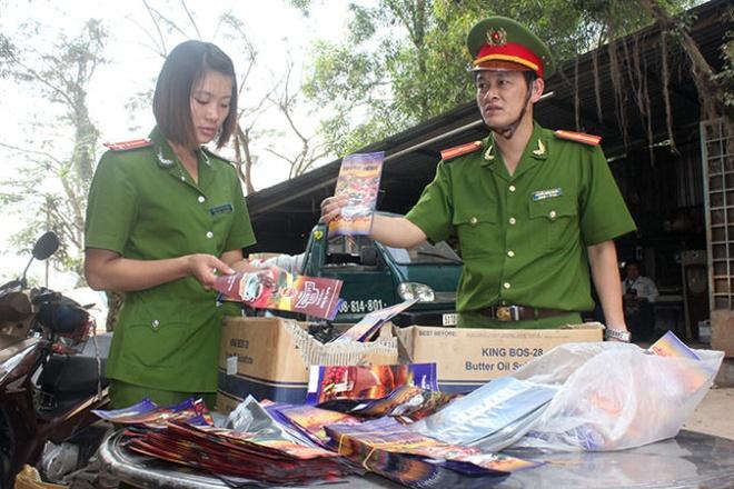 Công an kiểm tra mẫu bao bì và cơ sở sản xuất cà phê nghi làm nhái, làm giả tại huyện Bình Chánh chiều 29-1