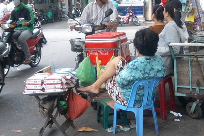 Hiem hoa ung thu tu khan giay uot gia hinh anh 1 Khăn giấy ướt giả bày bán trên đường phố TP HCM.
