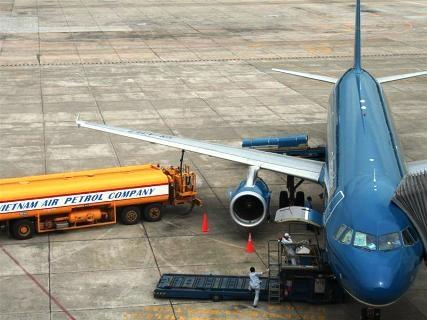 Tong GD Jetstar noi gi ve viec trom cap xang dau may bay? hinh anh 2 Tiếp nhiên liệu và kiểm tra máy móc, động cơ máy bay.