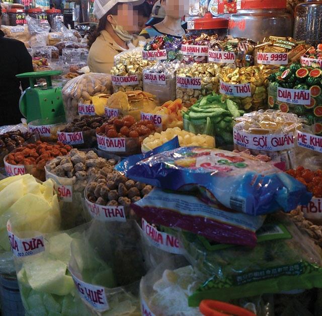 Mut, hat ngoai nhap: Nhap nhang nguon goc hinh anh 1 Mứt tết được bày bán đủ loại tại các chợ.