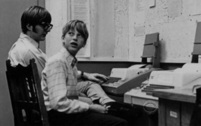 13 su that ve Bill Gates hinh anh 1 Khi còn là một cậu học sinh ở trường trung học cơ sở Lakeside Prep School, Bill Gates đã viết chương trình máy tính đầu tiên của ông trên một chiếc máy tính General Electric. Chương trình này là một dạng cờ ca-rô mà người chơi có thể đấu với máy tính.