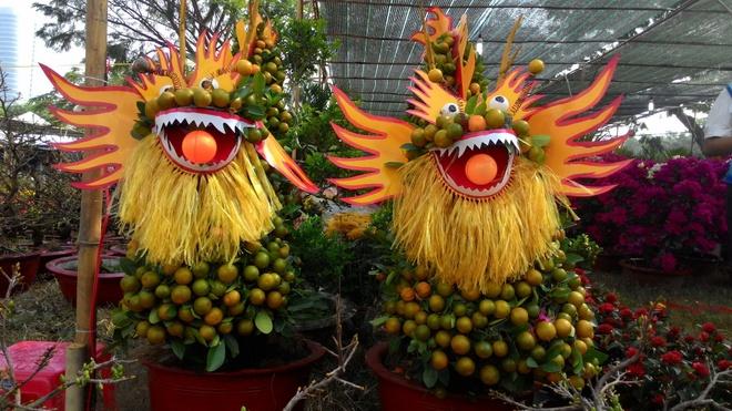 Tắc tạo hình rồng tại chợ hoa khu đô thị Phú Mỹ Hưng (quân 7).