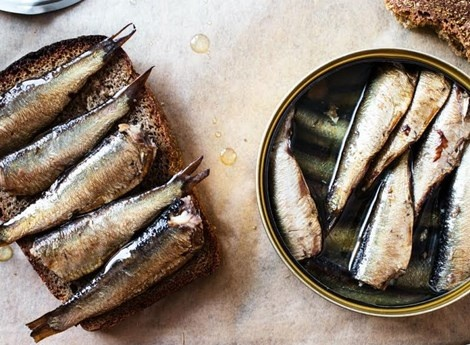 10 thuc pham cung cap canxi tu nhien hinh anh 10 10. Cá mòi Lượng canxi:  1 hộp cá mòi 85gram chứa 325mg canxi.  Cá mòi là nguồn cung cấp canxi ngoài sữa tốt nhất. Xương cá mòi là nơi chứa canxi quan trọng nhất, bạn nên ăn cả con cá và chọn những nhãn hiệu chế biến cá còn cả xương.