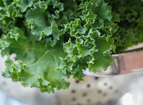 10 thuc pham cung cap canxi tu nhien hinh anh 8 8. Các loại rau màu xanh Lượng canxi: 1 chén rau nấu chín chứa 94-197mg canxi.  Ăn nhiều rau xanh rất có lợi cho sức khỏe. Ngoài ra, cải bẹ xanh, củ cải và cải xoăn còn giúp xương cứng chắc. Để hấp thu được chất dinh dưỡng tốt nhất trong rau xanh, bạn cần nấu chín chứ không phải ăn sống chúng.