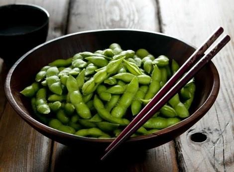 10 thuc pham cung cap canxi tu nhien hinh anh 9 9. Đậu nành luộc Edamame và đậu phụ Lượng canxi: 1 chén chứa 98-334mg canxi.  Edamame thường được dùng để ăn với sushi. Loại thực phẩm này là nguồn cung cấp dồi dào canxi, chất xơ và protein. Đậu phụ cũng có tác dụng tương tự. Dù lượng canxi chứa trong loại thực phẩm này thay đổi tùy theo nhãn hiệu, cách sản xuất, một chén đậu thường đã cung cấp được 33% nhu cầu canxi hàng ngày của bạn.