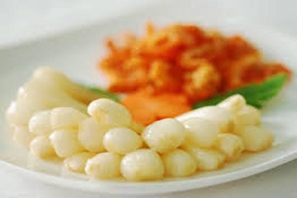 Sơ chế. Với cà và dưa, nên phơi nắng trong vòng 3-4 giờ cho héo bớt mới tiến hành sơ chế. Với hành thì nên cắt gốc nhưng đừng quá sát, sau đó ngâm qua đêm bằng nước gạo. Nước gạo sẽ giải bớt độc tố trong hành và cũng làm cho hành có màu đẹp hơn.Các loại rau muối chua như rau cải, dưa món thì hãy rửa thật sạch và ngâm nước muối khoảng 15 phút rồi để ráo nước.