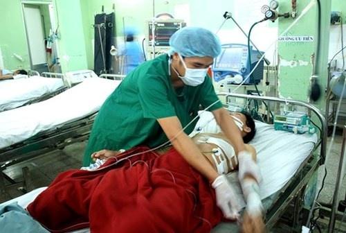 Các bác sĩ vừa cứu sống bệnh nhân bị đâm thủng phổi mất máu nhiều, thở yếu, da xanh... Ảnh minh họa.