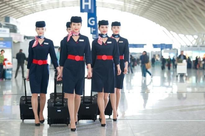 Nhung bo dong phuc hang khong dep nhat the gioi hinh anh 8 Dường như hãng hàng không China Eastern Airlines lấy cảm hứng cho trang phục của mình từ nước Pháp lãng mạn, nhưng không thể phủ nhận rằng các tiếp viên của họ rất đẹp trong bộ đồng phục này .