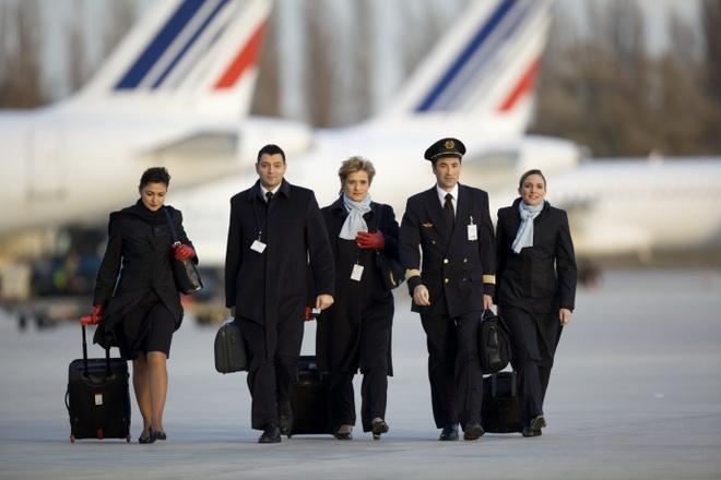 Nhung bo dong phuc hang khong dep nhat the gioi hinh anh 2 Thành viên phi hành đoàn của Air France bước ra khỏi máy bay như những người mẫu trên sàn diễn