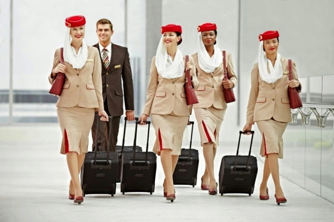 Nhung bo dong phuc hang khong dep nhat the gioi hinh anh 4 Tiếp viên của Emirates - một trong hai hãng hàng không quốc gia của Các Tiểu vương quốc Ả Rập Thống nhất đẹp rạng ngời với những chiếc mạng che mặt cách điệu, vốn có nguồn gốc để che bớt đi nét hấp dẫn của người phụ nữ.