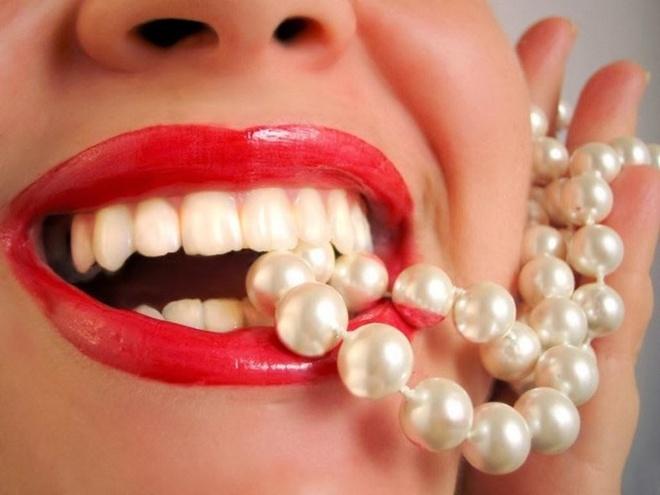 7 su that ve tay trang rang hinh anh 1 Màu răng là màu của ngà, trong gia đình màu răng có tính di truyền và bẩm sinh, cha hay mẹ, anh và em sẽ có ngà răng giống nhau. Do đó tẩy trắng răng chỉ là tạm thời, màu răng sẽ trở lại như cũ sau một thời gian (1 - 2 năm) và tùy ở từng cá nhân. Bệnh nhân phải biết là tẩy trắng răng cũng giống như nhuộm tóc không thể chỉ làm một lần là vĩnh viễn.