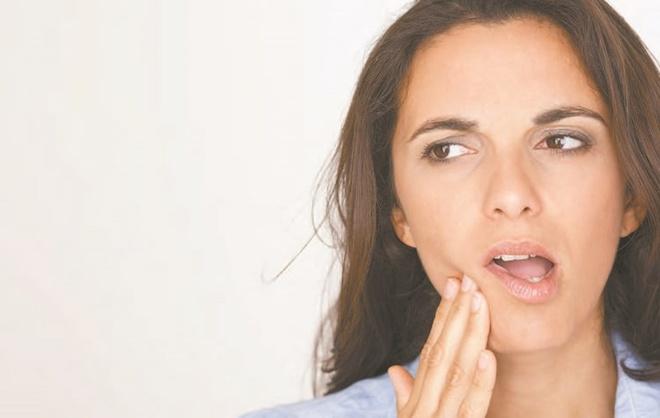 7 su that ve tay trang rang hinh anh 3 Tuỳ theo bệnh nhân, tùy theo độ cứng của men răng mà có người tẩy trắng được, có người tẩy trắng răng thất bại. Có người trong khi tẩy ngà răng bị ê buốt nhiều, có người bị ê buốt ít.