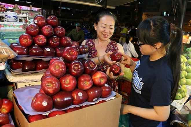 Lo trai cay ngoai kem an toan hinh anh 1 Khách hàng mua trái cây nhập ngoại tại TP HCM.