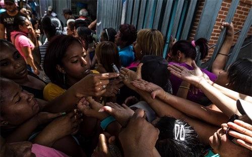 Nguoi Venezuela sap phai quet van tay khi vao sieu thi hinh anh