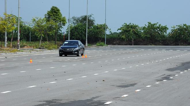 Day nguoi moi lai xe so tu dong the nao cho chuan? hinh anh 2 Nên chọn khu vực vắng, không có người, phương tiện giao thông qua lại để thực hành.