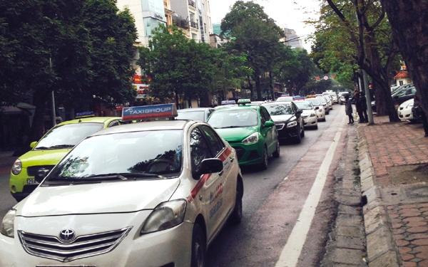 Xang dau tang gia: Doanh nghiep van tai chua tang cuoc hinh anh 1 Nhiều hãng taxi chưa có kế hoạch tăng giá cước theo giá xăng dầu.
