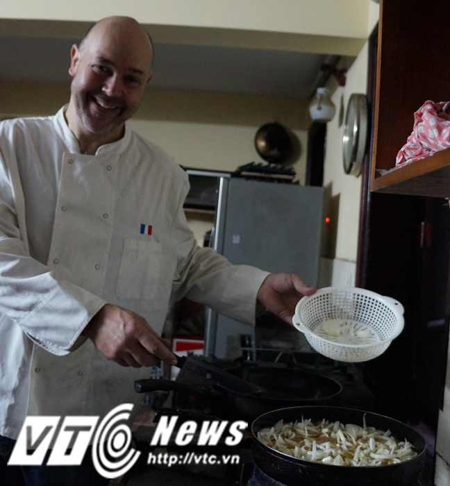 Ong Tay ban hang rong, dung dien thoai 'nha que' o Ha Noi hinh anh 3 David còn là một người đầu bếp với những món ăn mang đặc trưng ẩm thực nước Pháp.