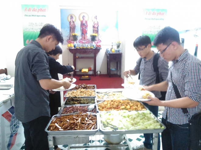 Nguoi ky la duoi dinh Vua Ba: Ban com khong thu tien hinh anh 2 Rất đông học sinh, sinh viên và người lao động đến quán cơm chay Đại Ngàn.