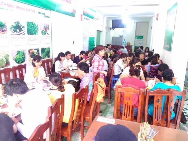 Nguoi ky la duoi dinh Vua Ba: Ban com khong thu tien hinh anh 3 Giờ ăn trưa tại quán cơm Đại Ngàn thu hút hàng trăm khách.