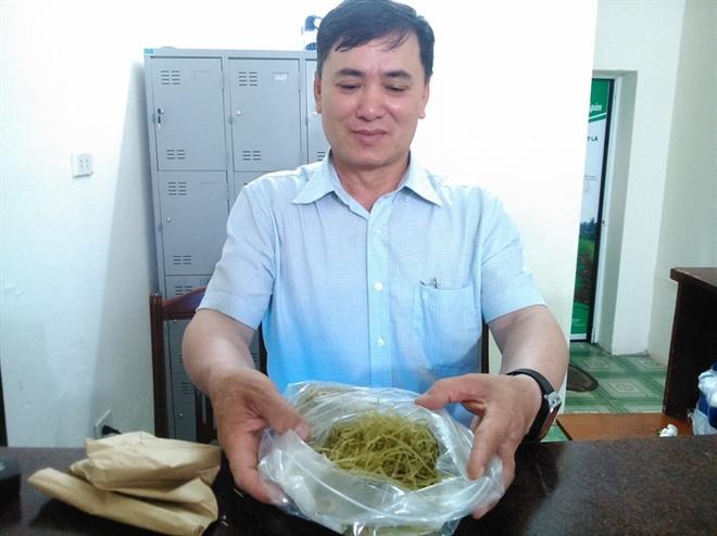 Nguoi ky la duoi dinh Vua Ba: Ban com khong thu tien hinh anh 4 Ông Thái khoe sản phẩm bánh đa chùm ngây vừa được nghiên cứu thành công... Đọc thêm tại: http://nongnghiep.vn/hai-nguoi-ky-la-duoi-dinh-vua-ba-noi-an-com-khong-phai-tra-tien-post140399.html | NongNghiep.vn