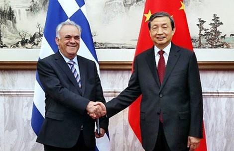 Trung Quoc lang lang mua chau Au hinh anh 1 Phó Thủ tướng Hy Lạp Yiannis Dragasakis (trái) và Phó Thủ tướng Trung Quốc Mã Khải hôm 27-3 tại Bắc Kinh.