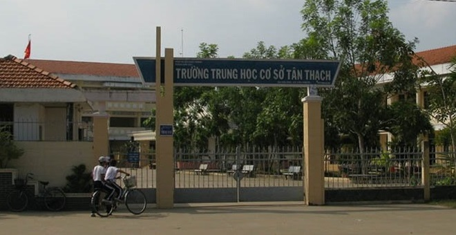 Dinh chi hoc tap mot nam nam sinh bop co co giao trong lop hinh anh 1