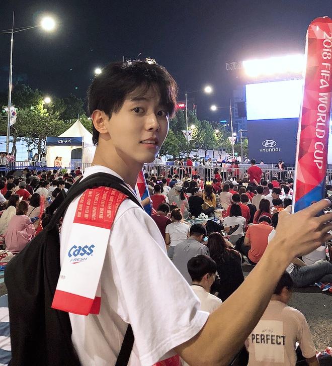 Trai dep Han Quoc 32 tuoi, cao 1,88 m noi bat khi di xem World Cup hinh anh 1