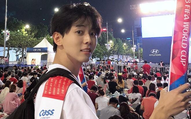 Trai dep Han Quoc 32 tuoi, cao 1,88 m noi bat khi di xem World Cup hinh anh