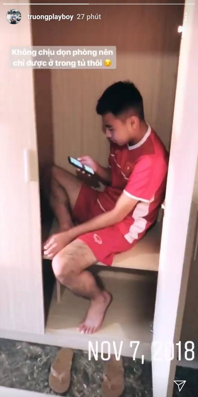"""Đức Huy ngồi trong tủ vì """"không chịu dọn phòng"""". Ảnh chụp màn hình."""