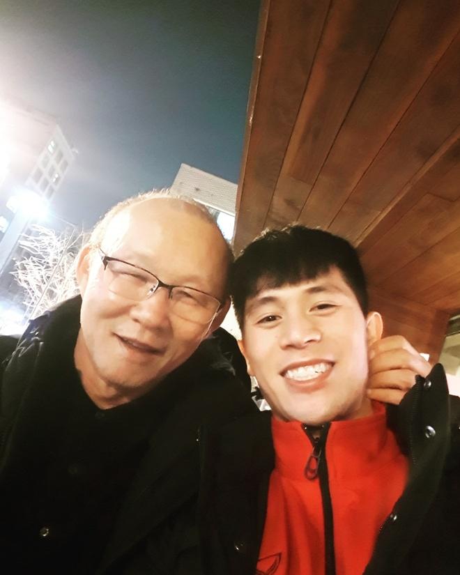 Dinh Trong, Xuan Hung vui ve doan tu voi 'papa' Park tai Han Quoc hinh anh 1
