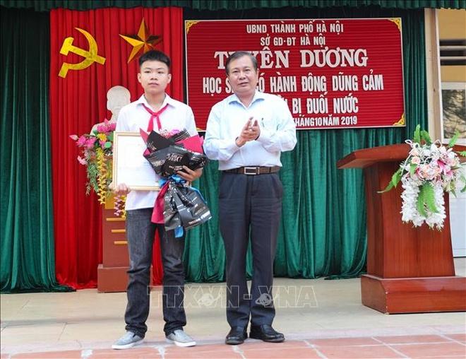 Ha Noi khen thuong hoc sinh dung cam cuu 2 em nho bi duoi nuoc hinh anh 1