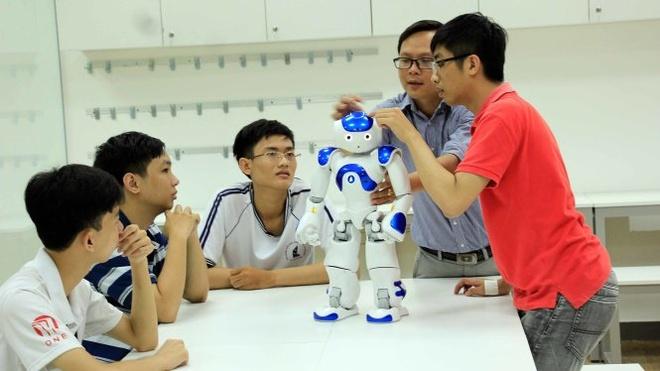 Nhieu truong dai hoc o TP.HCM dua nhau mo nganh lien quan robot, AI hinh anh 1 khoa_hoc_lap_trinh_mien_phi_voi_robot_cho_hoc_sinh_1.jpg