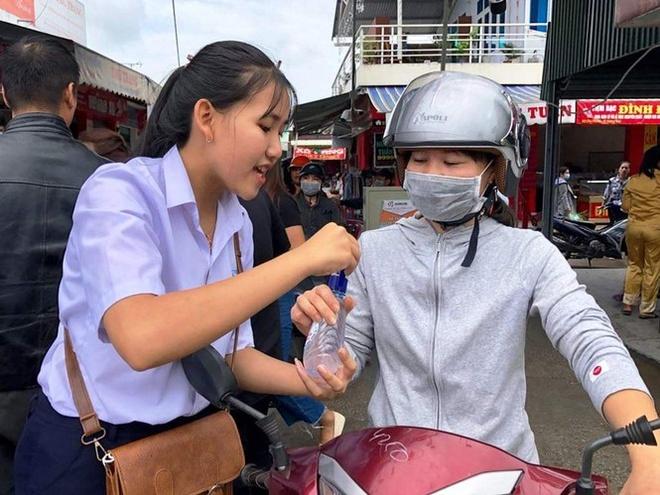 Hoc tro truong huyen san xuat nuoc sat khuan phat mien phi cho dan hinh anh 3 phu_bai_1.jpeg