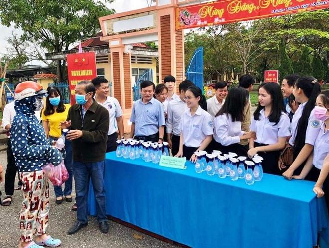 Hoc tro truong huyen san xuat nuoc sat khuan phat mien phi cho dan hinh anh 5 phu_bai_3.jpeg