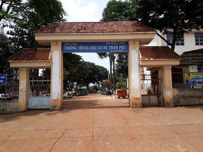 Nhân viên thư viện trường THCS Trần Phú bị tình nghi mang đề thi về nhà nên đề thi bị phán tán cho nhiều người. Ảnh: Báo Người lao động.