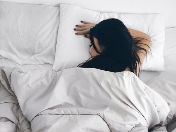 Nằm ngủ sai tư thế có thể làm da khô, mọc đầy mụn