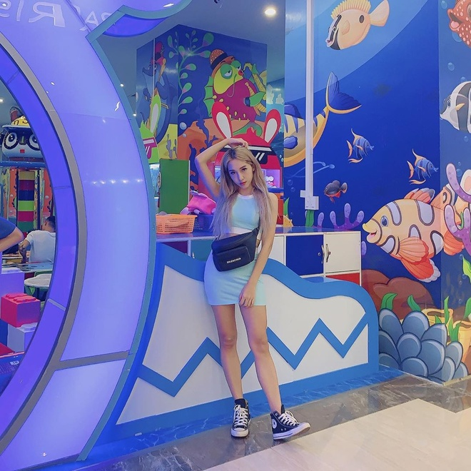 Pham Huong mac bikini goi cam, Ky Duyen dien vay khoe nguc cang day hinh anh 6