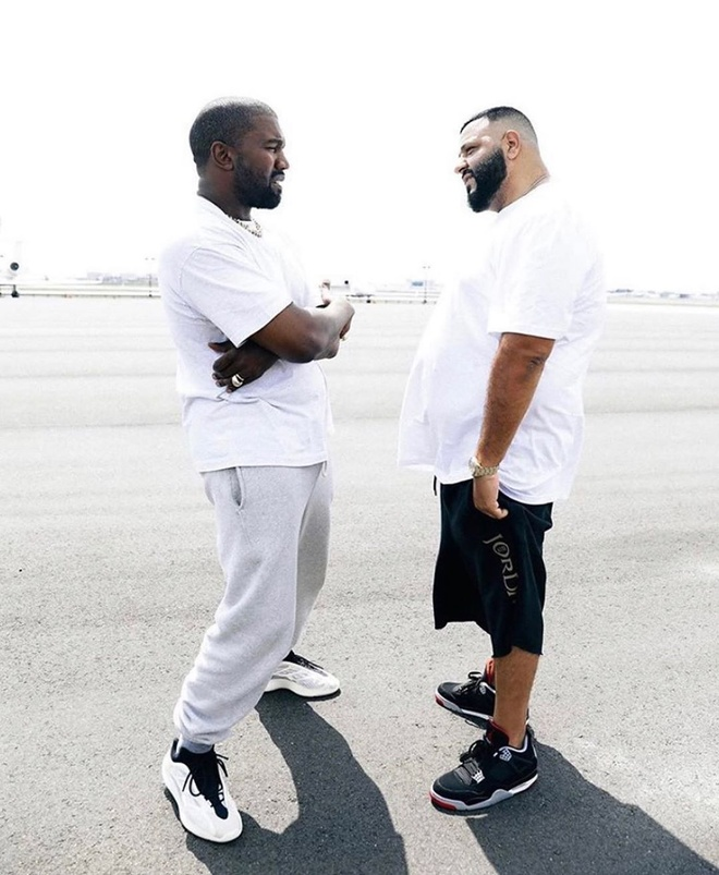Kanye West tháo đôi Yeezy chưa bán trên chân tặng cho DJ Khaled