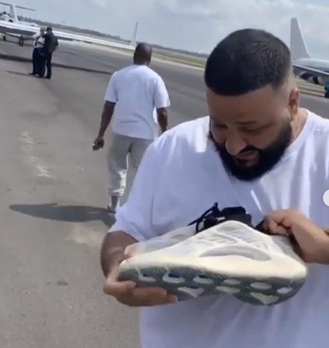 Doi Yeezy con chua ra mat, Kanye West da tang ngay cho DJ Khaled hinh anh 2