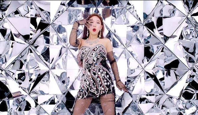 Twice dau tu trang phuc trong MV Feel Special anh 16