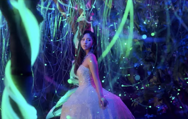 Twice dau tu trang phuc trong MV Feel Special anh 12
