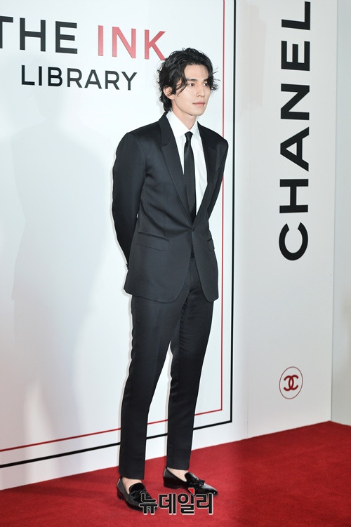 Cung de toc dai: Lee Dong Wook duoc khen dep, Jungkook bi che nu tinh hinh anh 2