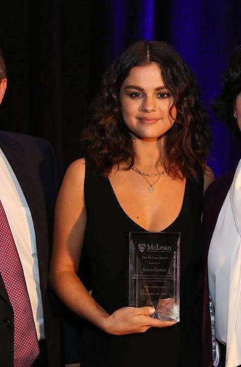Selena Gomez lo anh doi kieu toc moi, fan lien tuc khen xinh hinh anh 3
